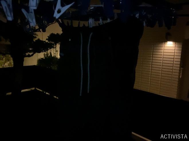 黒染したチノパンを洗濯物干しに吊るす筆者