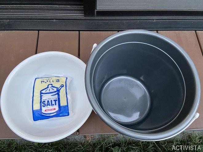 100円ショップで購入したバケツ(9L)と洗面器と塩750g