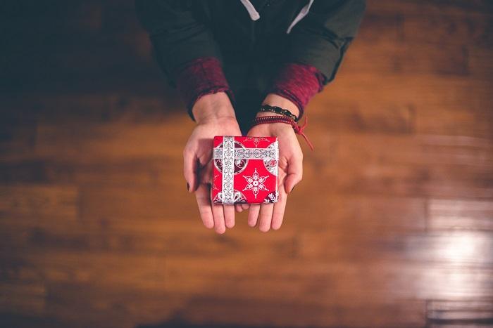 プレゼントを手にもつ彼女