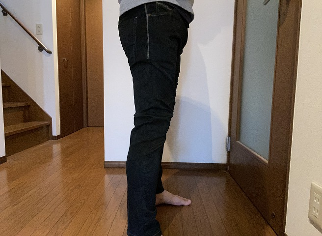 DIESEL KROOLEY-NE 0670M(黒染)を穿く筆者画像(横面)