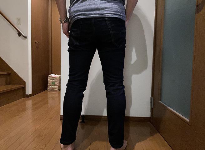 筆者私物のディーゼルジョグジーンズNARROTを穿いた着画背面