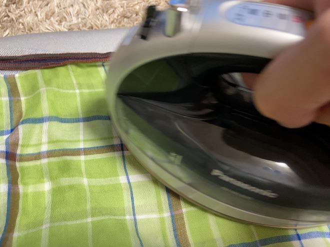 ジョグジーンズの補修のためにアイロンをかけている画像