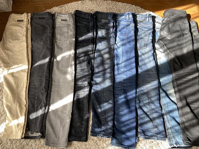 筆者が所有するディーゼルのジョグジーンズを10本並べて撮影した画像