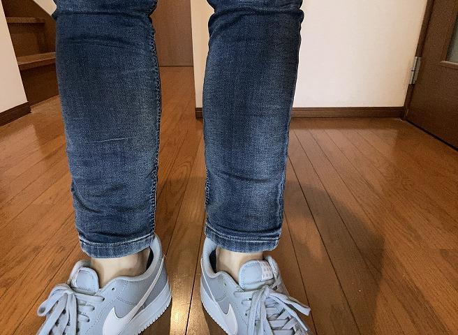 ディーゼルのKROOLEYにエアフォース1グレーを合わせた筆者の足元画像。くるぶし丈が今っぽい