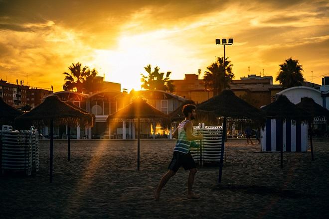美しい夕日が差し込む中、ジョギングする男性