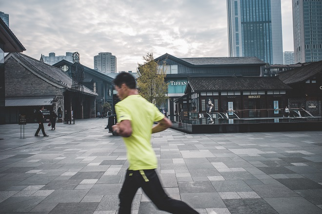 街をジョギングしている男性