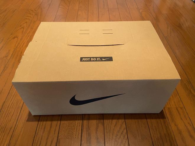 ナイキドットコムから届いたエアマックス90ホワイトが入った梱包箱