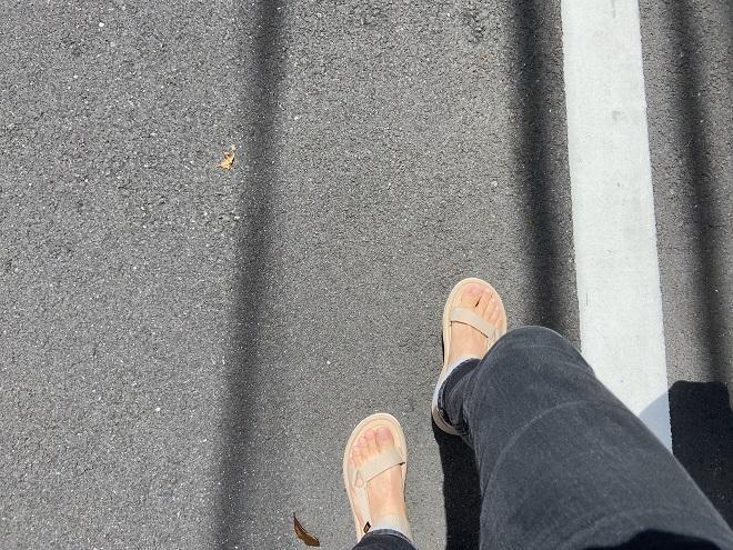 TEVAハリケーンXLT2ベージュをコーディネートして歩く筆者の足元画像(両足)