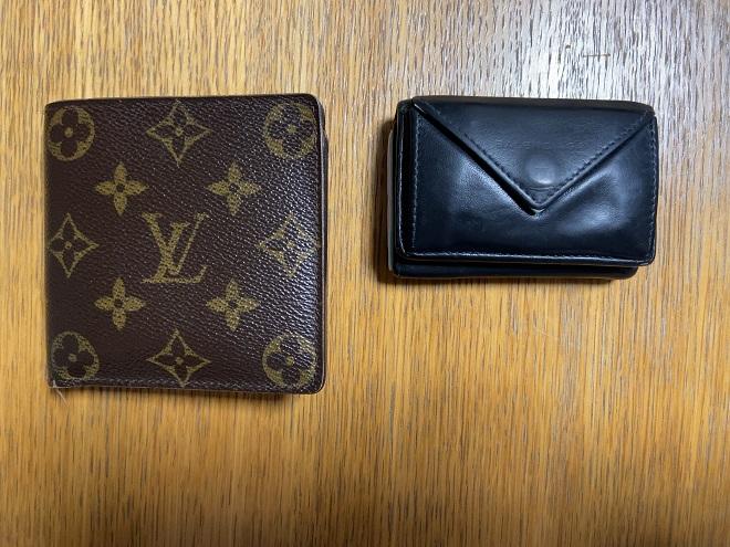 ルイヴィトンの二つ折り財布(上)とバレンシアガの小さい財布(下)