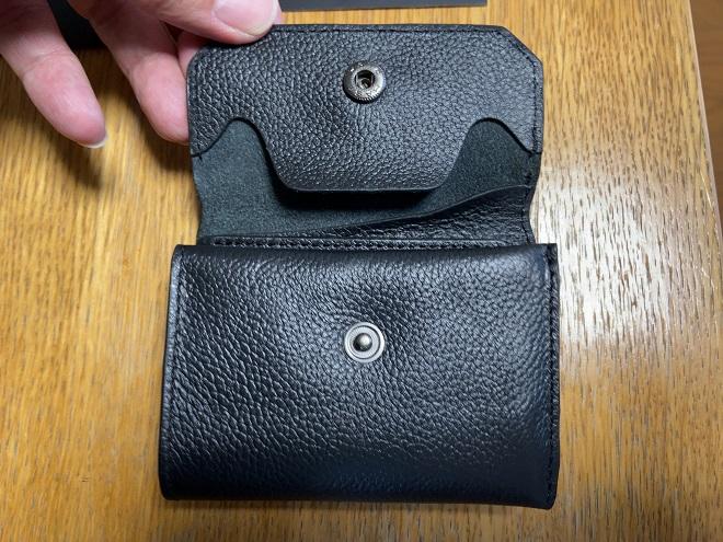 ライフポケット財布のフラップを開け、留め具と穴の両方が見えている画像