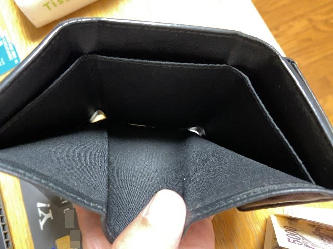 バレンシアガの小さい財布のお札を入れるところをアップで撮影した画像