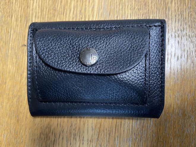 目一杯小銭入れに硬貨を入れて閉じたライフポケットの財布