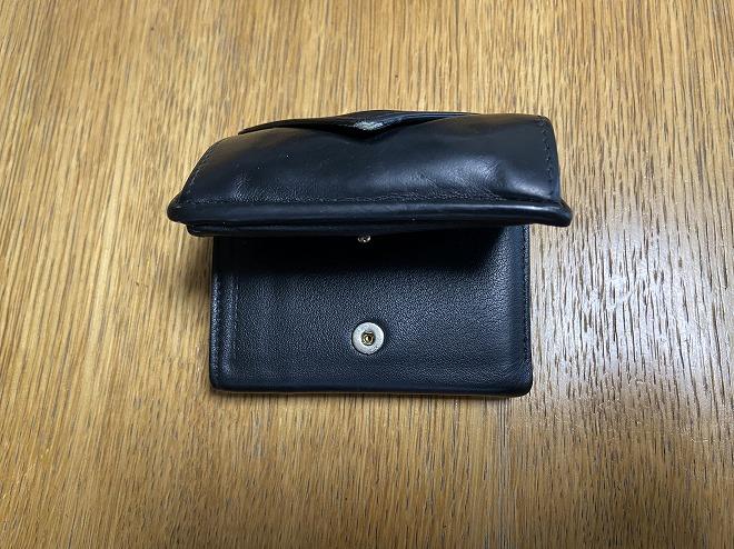 硬貨15枚、カード12枚、紙幣3枚を入れたバレンシアガ財布は閉じることができず、ボタンで留めても戻ってしまう