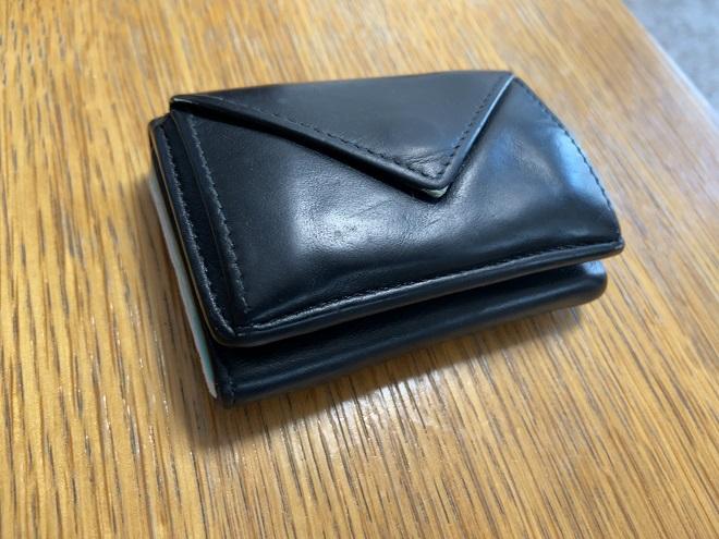 バレンシアガの小さい財布ペーパーを斜め上から撮影した画像
