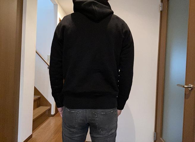 ループウィラーのLW264プルオーバーパーカー黒を着用する筆者(後ろ面画像)