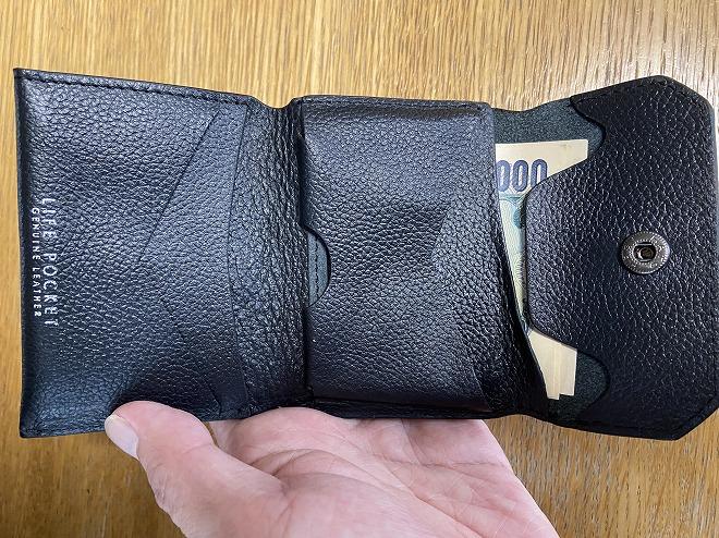 ライフポケット財布に収納したお札の端っこをフラップで留めた画像