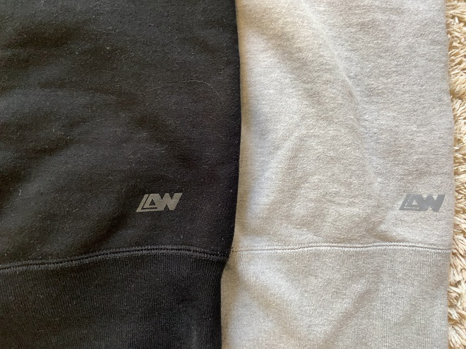ループウィラーLW264 の背面に印字されたロゴ(左がブラック、右がグレー)