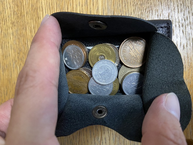 ライフポケット財布の小銭れに硬貨を15枚入れた画像