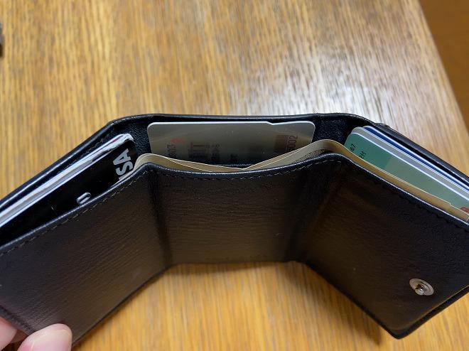 カードとお札を収納した3つ折りのバレンシアガ小さい財布