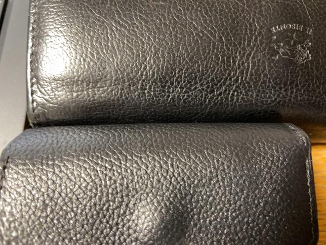 イルボソンテの財布とライフポケットの財布の革質感を比較した画像