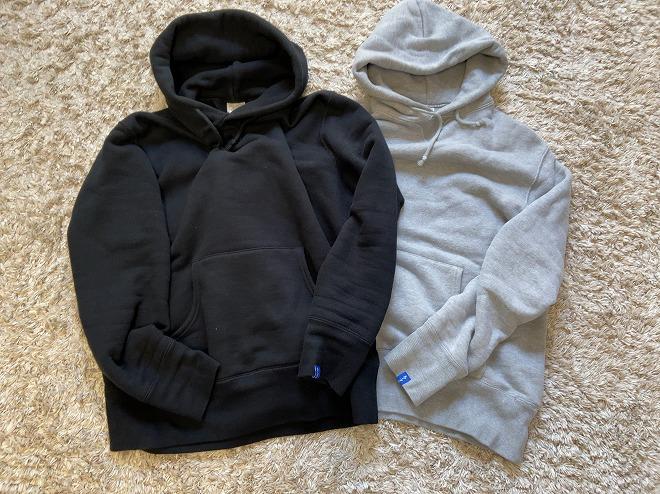 黒とグレーのループウィラーのプルオーバーパーカー2着を並べて撮影した画像