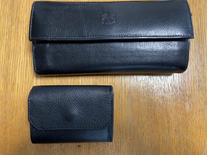 イルビゾンテのシボ革長財布(上)とライフポケットのシボ革財布(下)