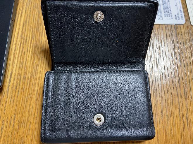 3つ折りのBALENCIAGAのペーパー財布を二つ折った時点の画像