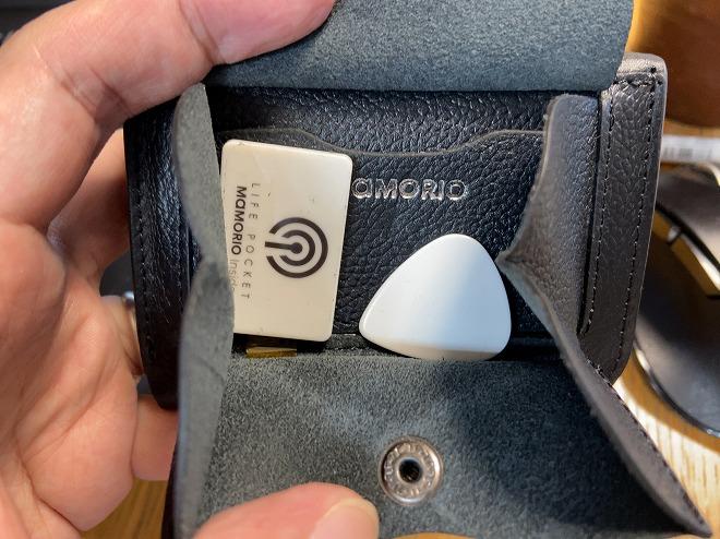 ライフカード財布の小銭入れ部分を開けたとき。中にはMAMORIOビーコンと電池を開けるときに使うピックが入っている
