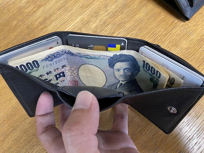 紙幣3枚、カード12枚、硬貨15枚を収納したバレンシアガの財布画像