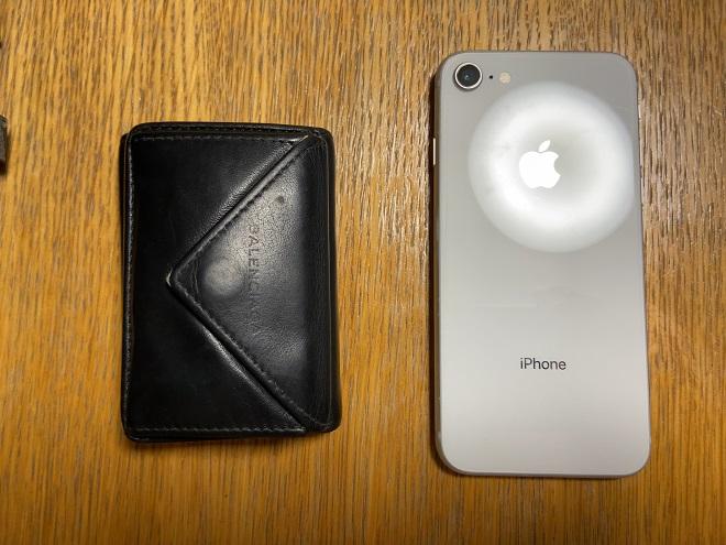iphone8と比較したバレンシアガの小さい財布『ペーパー』