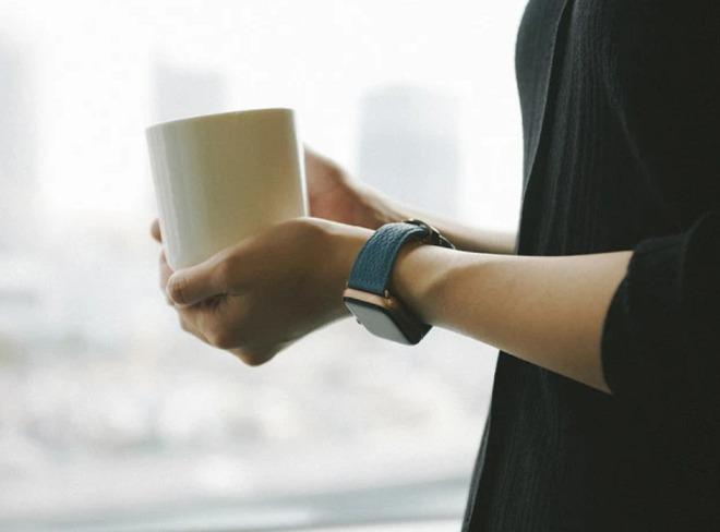 EPONASのレザーバンドを付けマグカップでコーヒーを飲む男性