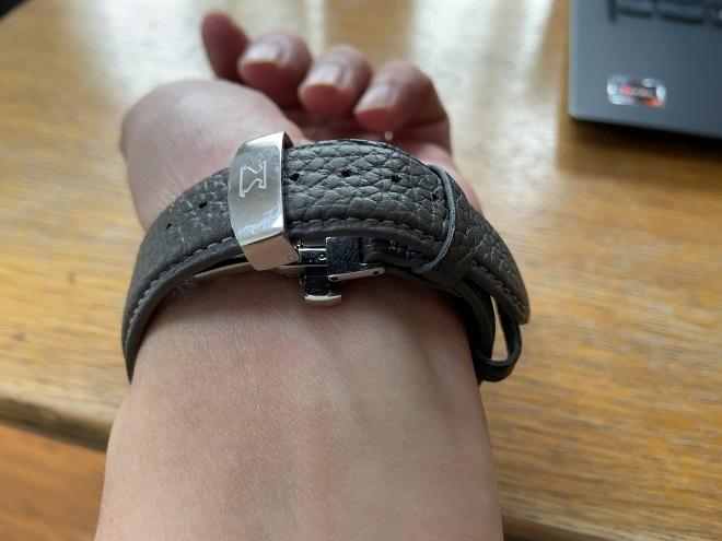 EPONASのレザーベルトを取り付けたアップルウォッチを自分の左腕に取り付けることができた筆者