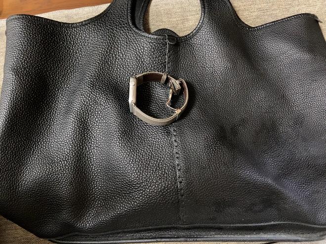 筆者私物のペリンガーの革を使ったMagnuのレザートートバッグと一緒にEPONASアップルウォッチを撮影した画像