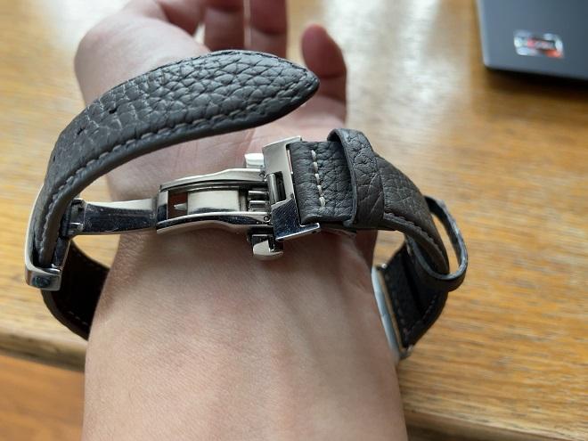 EPONASのレザーベルトを取り付けたアップルウォッチを自分の左腕に取り付けようDバックルの右側を留めた筆者の左腕画像